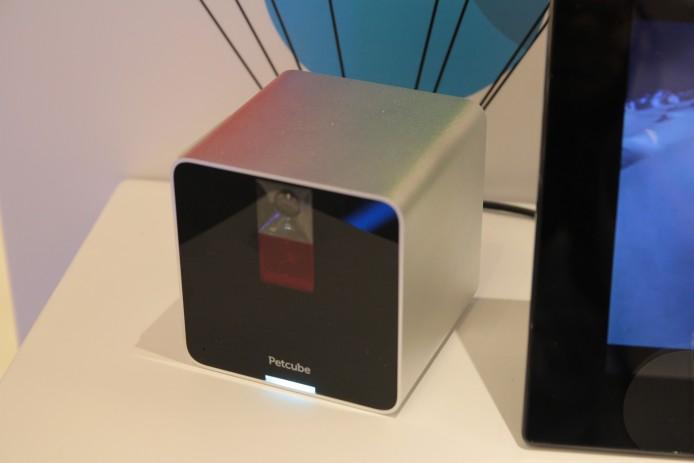 除了傳統的IP Cam外,會場更有可互動的新玩意,以及 Petcube 寵物互動無線攝錄機,能夠發出 5mW 3R 鐳射激光,讓你可以全天候與家中寵物遊玩互動。